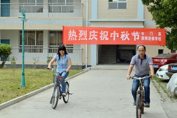 还组织教职工充分利用学校qq群,进行中秋节探源活动,了解中秋节的来历